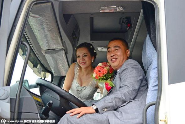 【中国】新車の大型トラック36台連ねて結婚式&会社開業!4