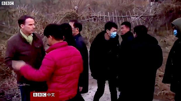 中国のBBC記者への取材妨害の様子がこちら