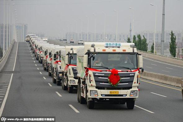 【中国】新車の大型トラック36台連ねて結婚式&会社開業!2