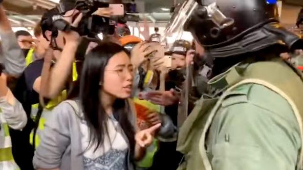 香港、再選された民主派区議が住民を守るため警察に猛然と抗議!警察は撤退