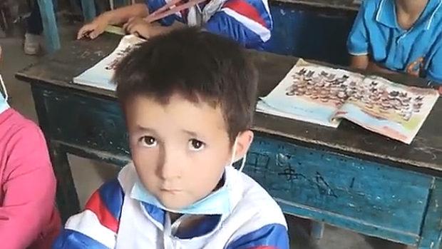 中国、ウイグル人の子供達に対する同化政策