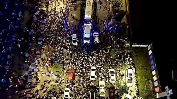中国、重慶で数千人規模のデモ隊と警官隊が衝突!