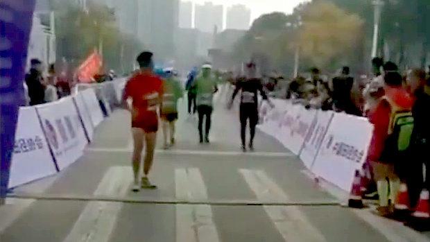 中国、またマラソン大会で…!? 今度はブービー賞狙いでゴール手前で足踏み