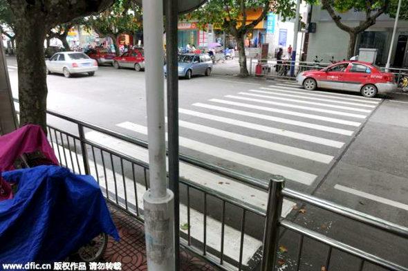 【中国】横断歩道 vs. ガードレール1