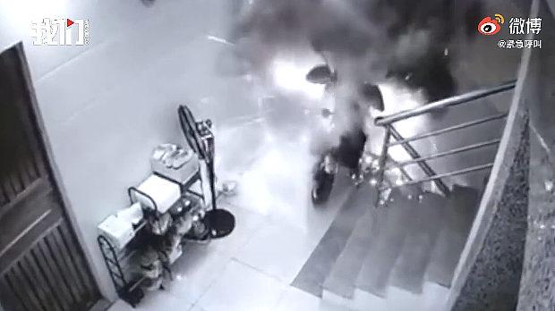 中国、建物の廊下で電動バイクを充電中、突然、発火して爆発ドカ~ン!
