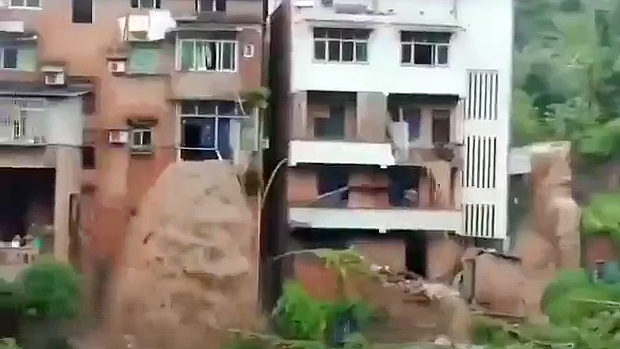 中国、洪水で水の流れが変わり、建物の中を通り窓から噴出!滝が出現する