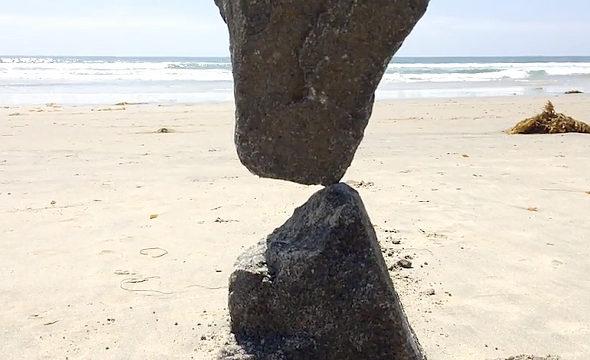 【画像】石が奇跡のバランス!