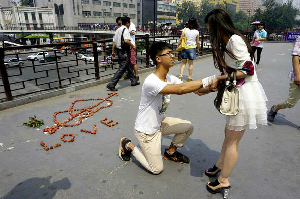 【中国】24歳男がライチ100個「LOVE」で街頭プロポーズ2