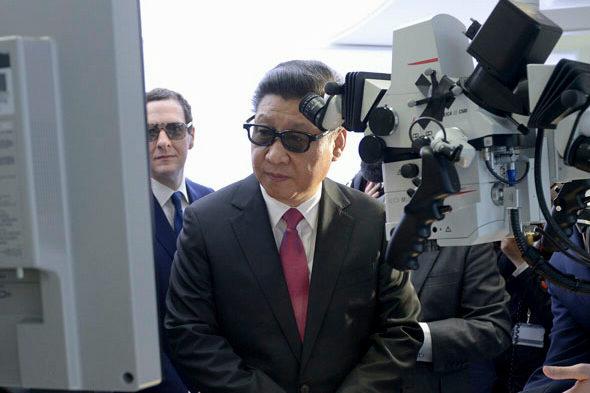 【中国】英国で3Dメガネをかけた「習近平」4