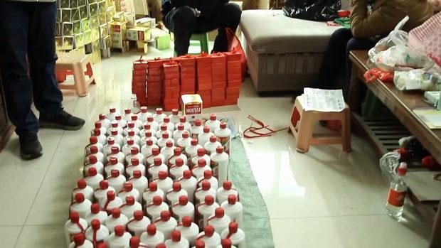 中国、高級酒マオタイ酒のニセ酒製造、正品のボトルに別の酒を充填し販売