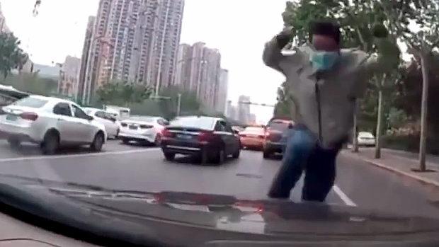 中国、当たり屋が道路に飛び出し走り込んできてフロントガラスにドーン!