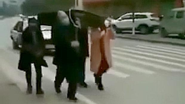 中国、新型コロナで禁止の麻雀やった罰!雀卓かついで街中を歩かされる!