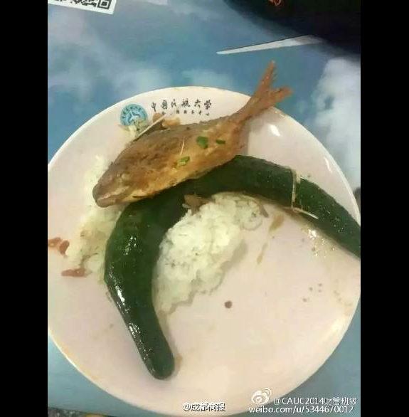 中国、大学の学食の「キュウリ一本丸ごと」の暗黒料理1