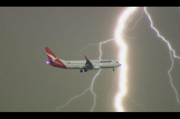 【画像】オーストラリア、空港に着陸中の旅客機に落雷が危うく直撃