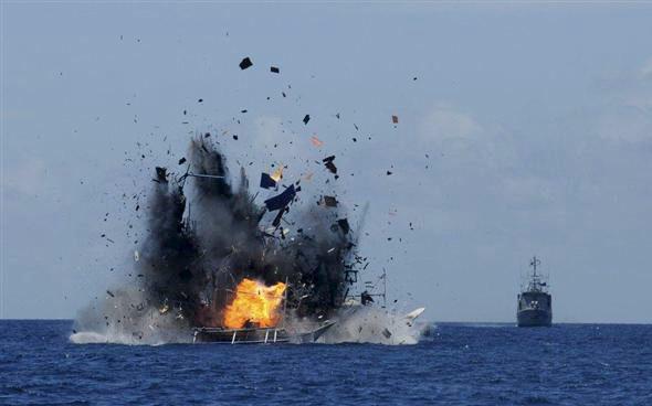 【画像】インドネシア海軍、中国の不法漁船を爆破!1