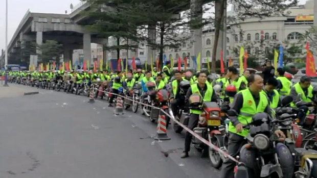 中国、春節帰省ラッシュ初日、1000台のオートバイ大軍団が無料給油に並ぶ!