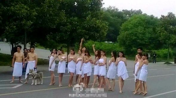 中国、北京の大学生 バスタオル姿で卒業写真3