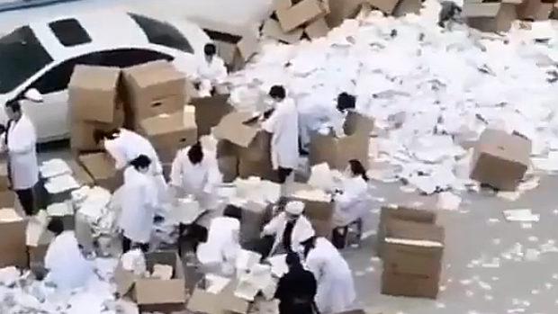 中国、安徽省のマスク工場が倒産!売れ残って積まれたマスクがゴミとなる!
