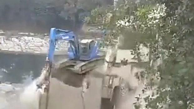 中国、古橋を解体中、重機が間違った箇所を一撃!橋が崩壊し一瞬で解体終了~