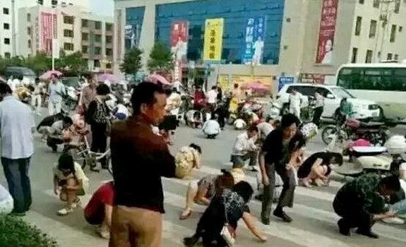 中国、交差点で「砂金だ!」