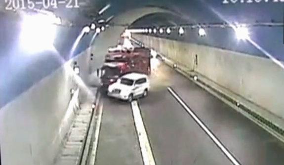 中国、トンネル内での追い越しに失敗に衝突