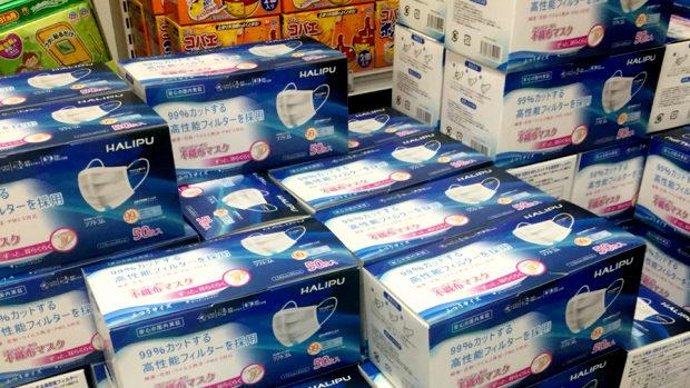 店頭に大量のマスク。50枚三千円、誰も買わない。値崩れの予感。