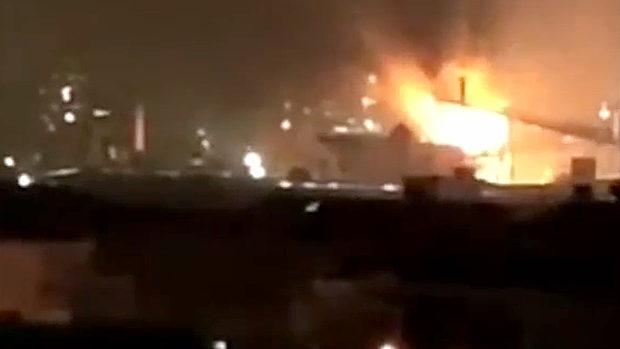 中国、今度は上海の製鉄所の高炉が爆発、炎上!火の塊が上空へ噴き出す!