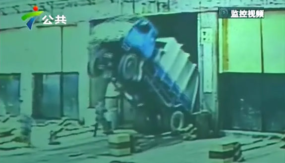 中国、ゴミ収集車がゴミ処理場に落下