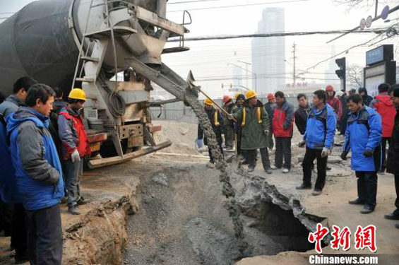 中国、交差点のド真ん中に突然大きな穴 修復 1