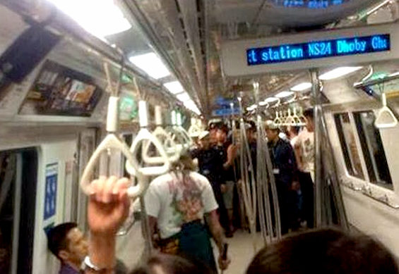 【シンガポール】地下鉄に日本刀を帯刀した「侍」が乱入3