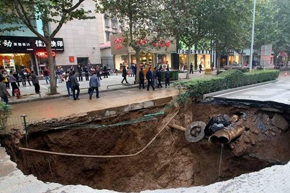 【中国】 西安の道路に「巨大な穴」4