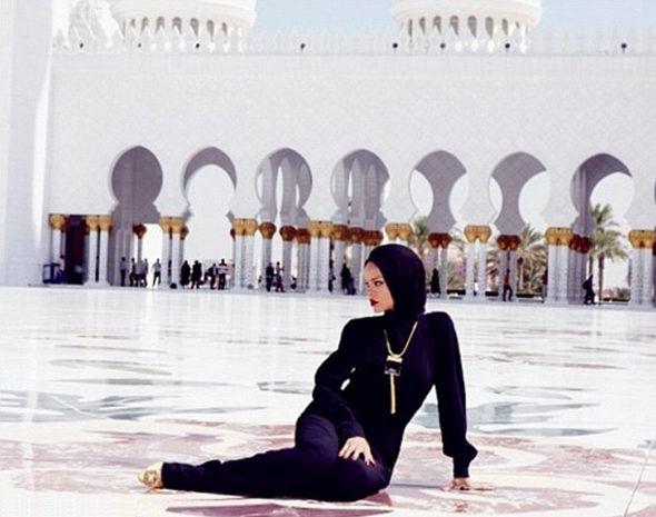 リアーナ、「不謹慎なポーズ」でモスクから退去4