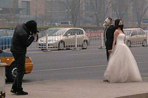 【中国】結婚写真も防毒マスク2