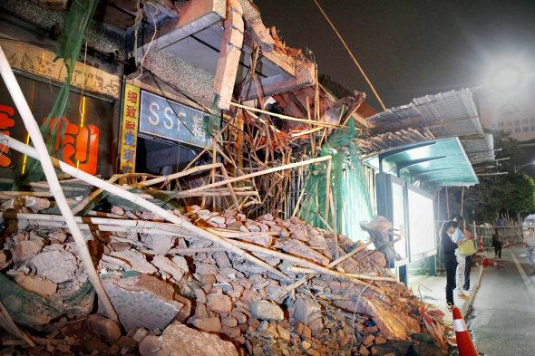 【中国】ビル解体のデタラメさで手前のバス停が大ピンチ!3
