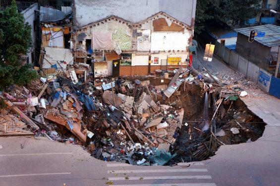 中国、地下鉄の工事現場付近で突然陥没 2
