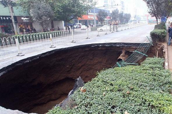 【中国】 西安の道路に「巨大な穴」2