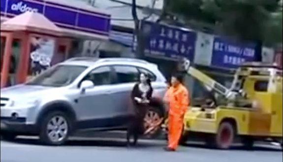 中国、ジープ女がレッカー車を逆レッカー