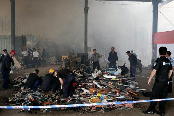 【中国】長沙警察、押収した銃4236丁、刀1436本を廃棄処分7