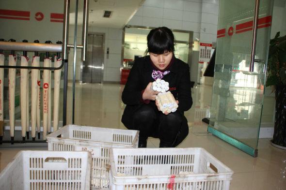 【中国】女性客「10万元(約198万円)を1元硬貨で預金!7