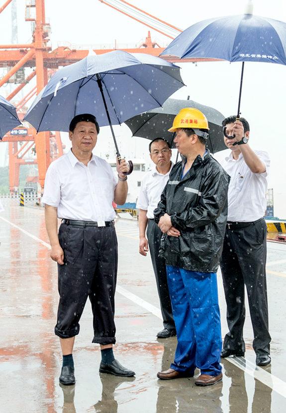 中国、「傘を差す習近平」大賞
