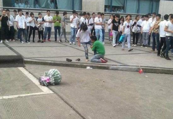 【中国】プロポーズ拒絶され、女性の太腿にしがみついて離れない男5