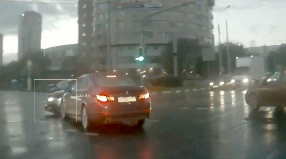 おそロシア、交差点に突然「幽霊車」が出現