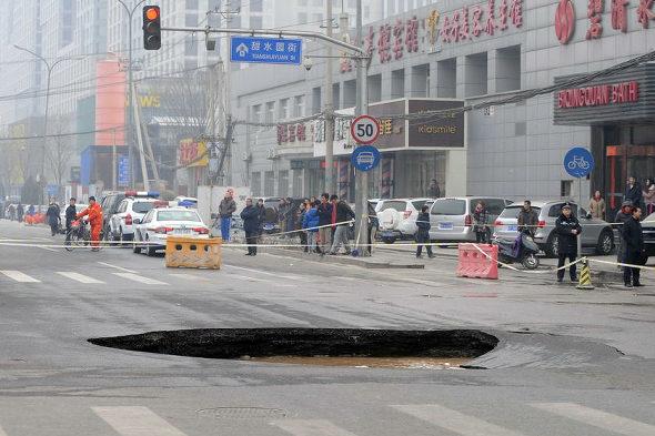 【中国】北京市朝陽区で道路が陥没1