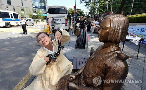 日本大使館の前で行われたパフォーマンス 4