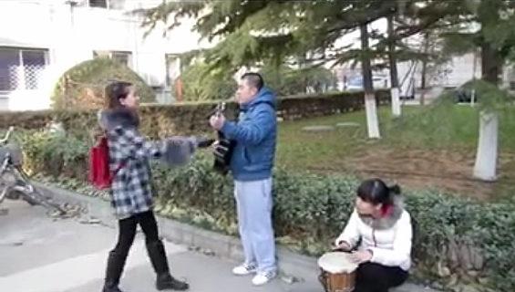 中国、男が寮の階下で「愛の歌」を弾き語りで告白