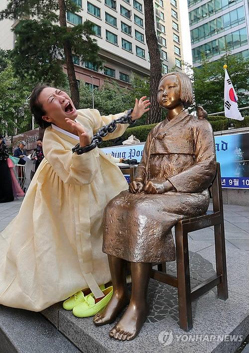 日本大使館の前で行われたパフォーマンス 1