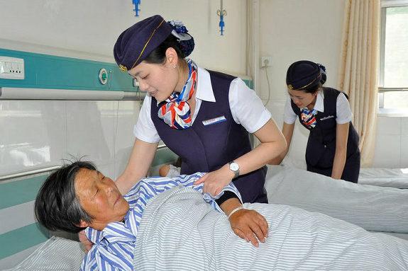 中国、看護師の制服がスチュワーデスの制服の病院1