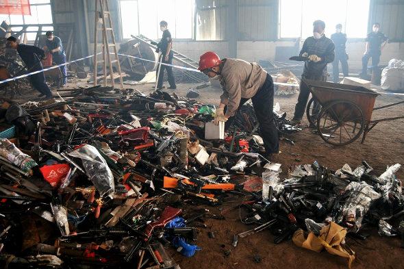 【中国】長沙警察、押収した銃4236丁、刀1436本を廃棄処分5