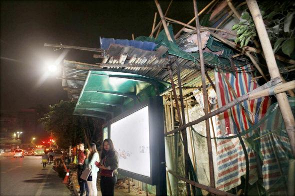 【中国】ビル解体のデタラメさで手前のバス停が大ピンチ!4