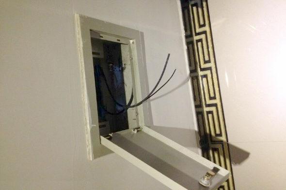 【中国】女性限定の部屋を借りたら浴室に2mのマジックミラー!3